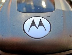 Motorola соединила мобильник и очки виртуальной реальности