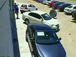 Колесо от автомобиля чуть не искалечило людей