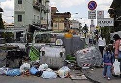 Сильвио Берлускони взялся за разгребание мусора в Неаполе