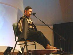 Музыкант-инвалид играет на гитаре ногами