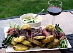 Ученые выяснили, почему мясо полезно запивать красным вином