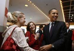 Барак Обама демонстрирует содержимое своего медиа-плейера