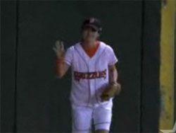 Бейсболистка поймала мяч, в два прыжка взобравшись на стену