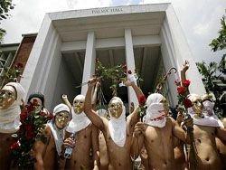 Сто обнаженных мужчин устроили забег в Маниле