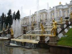 Туристам не нравится столпотворение в Петергофе