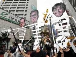 """Противники саммита \""""Большой восьмерки\"""" подрались с токийской полицией"""