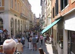 Названы самые дорогие улицы мира по аренде торговых площадей
