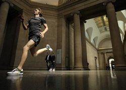 Произведением искусства стали бегающие по музею спортсмены