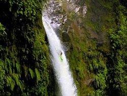Спортсмен сплавился по водопаду с сорокаметровой высоты