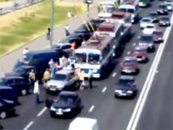 Пассажиры троллейбуса оттолкали с дороги мешавшую машину
