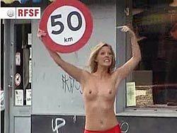 Голые девушки предупреждают водителей Дании