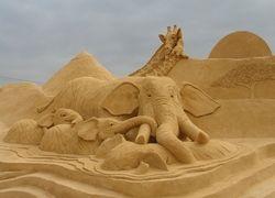 Художник создал гигантскую картину на песке длиной 4,8 км
