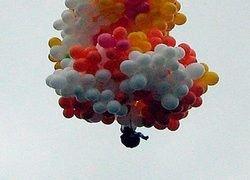 Американец пролетел 378 км на воздушных шариках, сидя в кресле