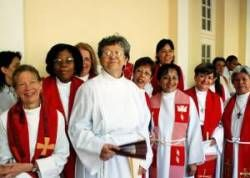 В Англии женщинам разрешили быть епископом