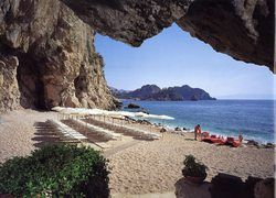 На пляжах Италии появились надувные храмы