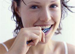 Чистить зубы после каждого приема пищи оказалось вредно