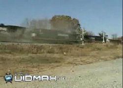 В одну и ту же машину врезалось сразу 2 поезда