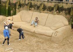 В польский город привезли диван-гигант на 104 человека