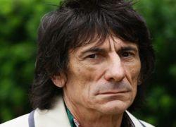 Гитарист Rolling Stones лечится от алкоголизма