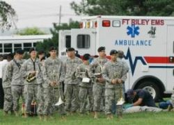 Парашютист с базы Форт-Рили приземлился на военный оркестр