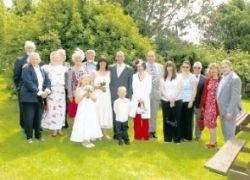 Жених и невеста сочетались в компании 15 незнакомцев