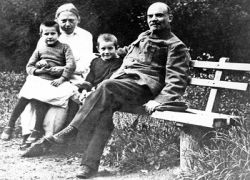 Ленин взял себе жену, чтобы не скучать в сибирской ссылке?