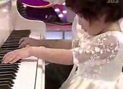 Слепая 5-летняя девочка играет любую музыку после одного прослушивания