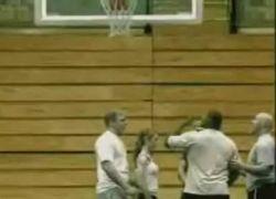 Гимнастка прыгнула сквозь баскетбольное кольцо