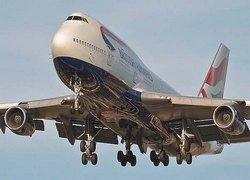 Boeing 747 сел с трехметровой дырой в фюзеляже