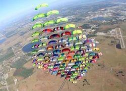Ромб из 100 парашютистов