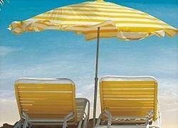 Оригинальный, но простой способ закрепить пляжный зонтик