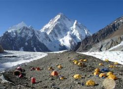 На второй по высоте вершине мира альпинисты попали под лавину