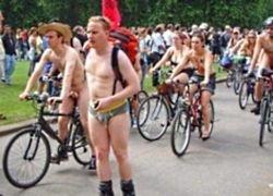Обнаженные велосипедисты объезжают мир