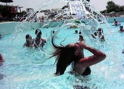 Как снять девушку в аквапарке?