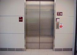 """Техасские спасатели извлекли из лифта 26 девушек-\""""испытательниц\"""""""
