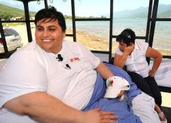 Самый толстый человек в мире отправился на пикник в кровати
