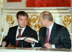 Экс-президент Путин грубо задвигает президента Медведева?