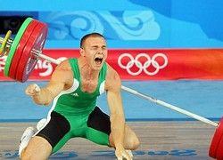 Шокирующие кадры с Олимпиады: на атлета упала штанга