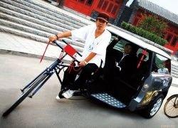 Велорикша из Пекина ездит на велотакси MINI Cooper