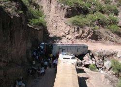 В Китае автобус упал в пропасть, погибли 15 человек
