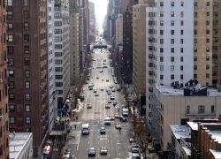 В Нью-Йорке 30 мужчин подняли автобус, чтобы спасти женщину