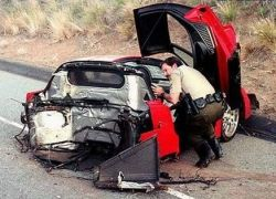 Автомобиль застрял под фурой