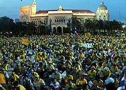В Таиланде 40 тыс оппозиционеров не покидают Дом правительства