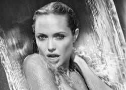 """Forbes назвал самым \""""покупаемым\"""" лицо Анджелины Джоли"""