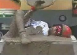 Участников японского шоу залили цементом