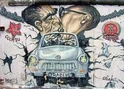 Граффити на Берлинской стене будут отреставрированы