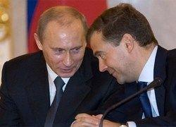 Тандем Медведев-Путин теряет послевоенную популярность
