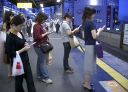 Многие люди имитируют разговор по мобильному телефону на публике