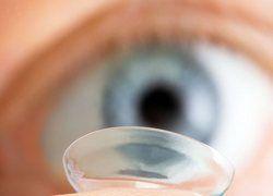 На контактных линзах живут опасные амебы