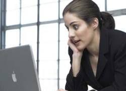 Женщины проводят больше времени с компьютером, чем с мужчинами